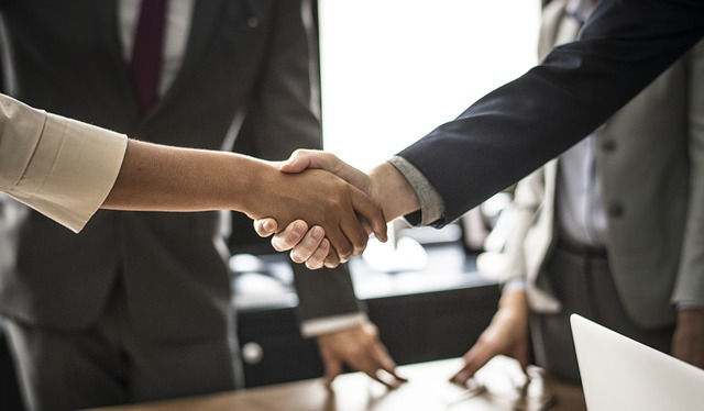 Shaking hands after resolving disputes with your movers