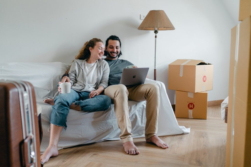 couple hiring packers and movers online