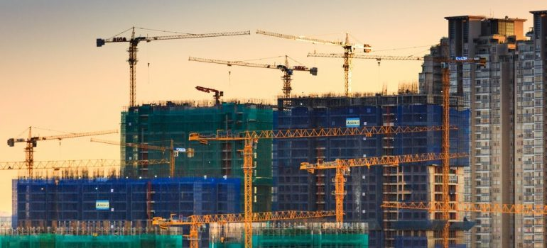 Cranes and building under construction in Kuwaiti Silk City, which will also influence the Kuwaiti real estate market.